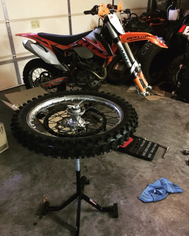 how to change a tire. Tire changing stand.